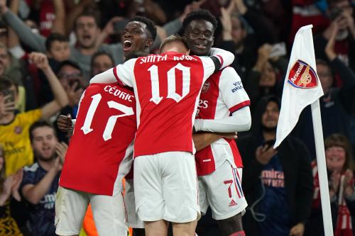 Eddie Nketiah d'Arsenal (à gauche, face) célèbre avec ses coéquipiers après avoir marqué le troisième but de leur équipe lors du match du troisième tour de la Coupe Carabao à l'Emirates Stadium