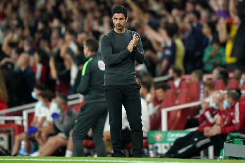 Le manager d'Arsenal, Mikel Arteta, applaudit le premier but de son équipe lors du troisième tour de la Coupe Carabao à l'Emirates Stadium