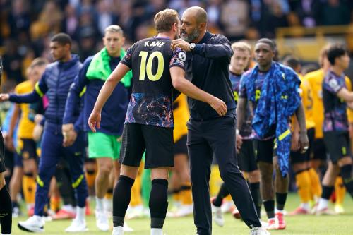Harry Kane de Tottenham Hotspur (à gauche) embrasse le manager Nuno Espirito Santo à la fin du match de Premier League au stade Molineux