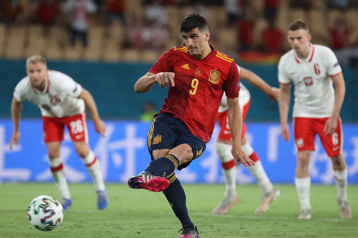 Gerard Moreno misses a penalty as Spain draw with Poland